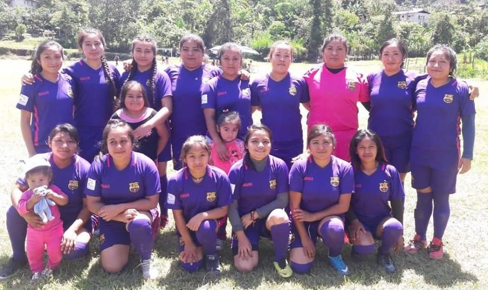 Mujeres jóvenes de Miramar , en la región mixteca,  ganan derecho para jugar fútbol en su comunidad