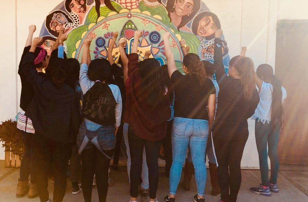 Jóvenes mujeres participan en  campamento feminista
